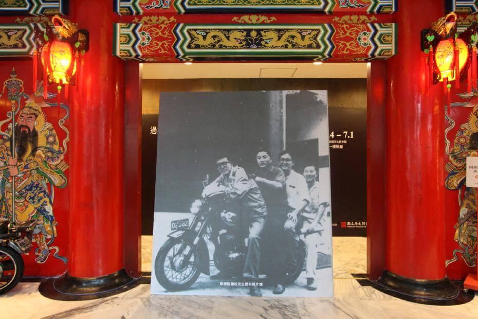 「五月畫會」之四騎士術家韓湘寧、莊喆、彭萬墀、劉國松於史博館前合影。圖/非池中藝術網攝。