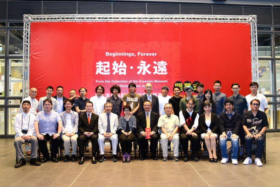 文化部陳濟民主秘(左5),國美館蕭宗煌館長(右6),清里美術館小川直美營運總監(左6),張照堂(右5)及參展藝術家合影。圖/國立台灣美術館提供。
